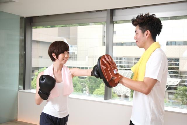 ボクシングボクササイズで積極的休養に取り組む女性のイメージ画像。情報にもバリアフリーを。障がい者とその関係者のコミュニティ、情報サイト。ナレバリ