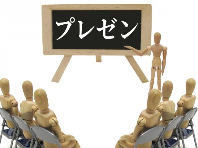 自分の主張をみんなの前で伝えようとプレゼンしている人形のイメージ画像。情報にもバリアフリーを。障がい者とその関係者のコミュニティ、情報サイト。ナレバリ
