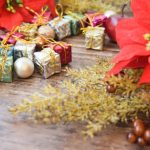 クリスマスをイメージさせるポインセチアとプレゼントの画像。情報にもバリアフリーを。障がい者とその関係者のコミュニティ、情報サイト。ナレバリ