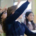 挙手をして発言権を求める生徒たち。情報にもバリアフリーを。障がい者とその関係者のコミュニティ、情報サイト。ナレバリ