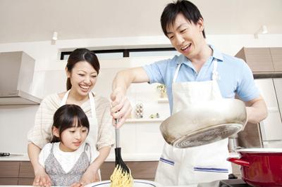 楽しく料理をする家族のイメージ画像。情報にもバリアフリーを。障がい者とその関係者のコミュニティ、情報サイト。ナレバリ