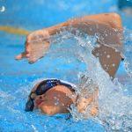 水泳のクロールで息継ぎをしている瞬間。情報にもバリアフリーを。障がい者とその関係者のコミュニティ、情報サイト。ナレバリ