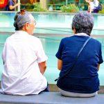 集まりで会話を楽しむ人の画像。情報にもバリアフリーを。障がい者とその関係者のコミュニティ、情報サイト。ナレバリ