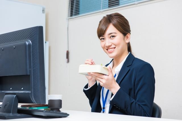 職場で持参したお弁当を食べる女性の画像。情報にもバリアフリーを。障がい者とその関係者のコミュニティ、情報サイト。ナレバリ