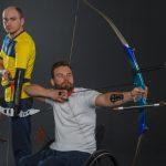 パラスポーツのアーチェリーに取り組む男性の画像。情報にもバリアフリーを。障がい者とその関係者のコミュニティ、情報サイト。ナレバリ