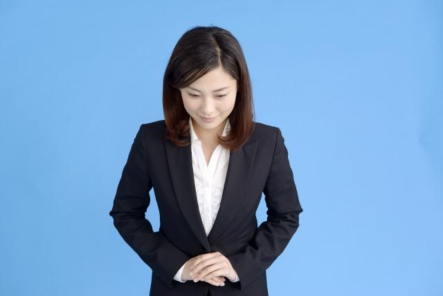 お礼のお辞儀をする女性。情報にもバリアフリーを。障がい者とその関係者のコミュニティ、情報サイト。ナレバリ