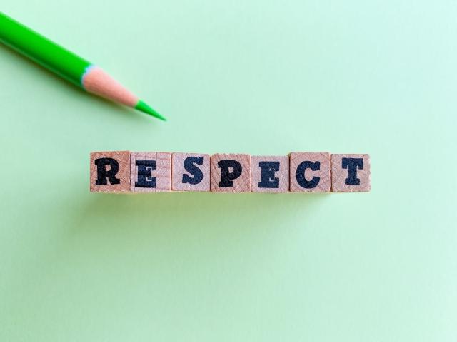 尊敬を意味するRESPECTの文字ブロック。情報にもバリアフリーを。障がい者とその関係者のコミュニティ、情報サイト。ナレバリ