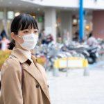 コロナ禍の中でマスクをして社会生活を送る女性の画像。情報にもバリアフリーを。障がい者とその関係者のコミュニティ、情報サイト。ナレバリ