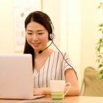 パソコンでインターネットを使って仕事をする女性の画像。情報にもバリアフリーを。障がい者とその関係者のコミュニティ、情報サイト。ナレバリ