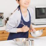 料理をする女性の画像。情報にもバリアフリーを。障がい者とその関係者のコミュニティ、情報サイト。ナレバリ