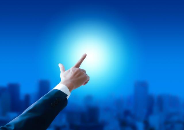 未来を指さし目指す自分に向かっていこうというイメージ画像。情報にもバリアフリーを。障がい者とその関係者のコミュニティ、情報サイト。ナレバリ