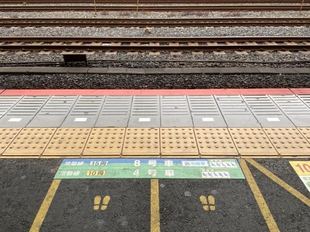 点字ブロックのある駅のホームの画像。情報にもバリアフリーを。障がい者とその関係者のコミュニティ、情報サイト。ナレバリ