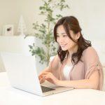 パソコンからインターネットで情報を検索する女性。情報にもバリアフリーを。障がい者とその関係者のコミュニティ、情報サイト。ナレバリ